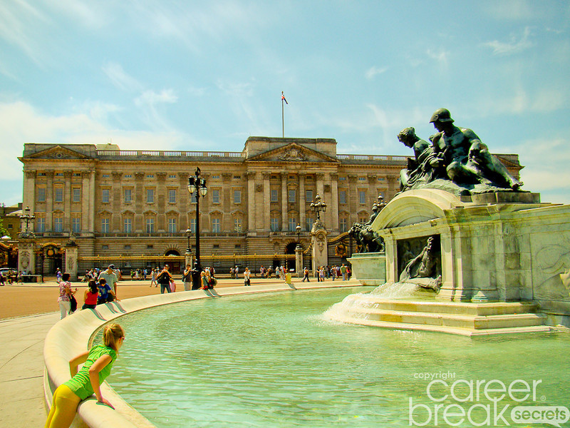 Buckingham Palace Fountain, Victoria Memorial, career break travel adventures in London, career break travel adventures in England
